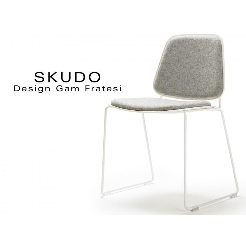 SKUDO chaise design piétement acier peint blanc, assise capitonnée tissu Kvadrat gamme Divina Mélange-2 couleur n°120 gris clair