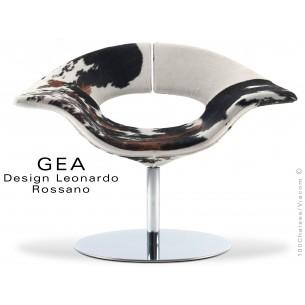 GEA petit fauteuil en peau de cheval, piétement central avec platine de sol en acier chromé.