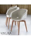 Fauteuil coque blanche effet matelassé UNI-KA piétement hêtre naturel, assise habillage tissu synthétique ou naturel