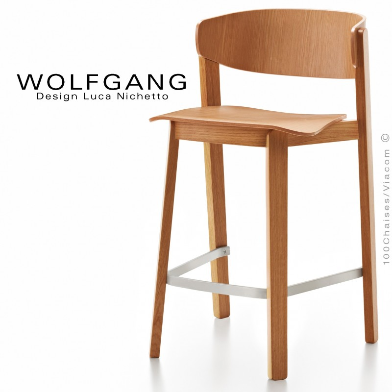 Tabouret design WOLFGANG, pour cuisine et îlot central, structure et assise chêne vernis noyer clair.