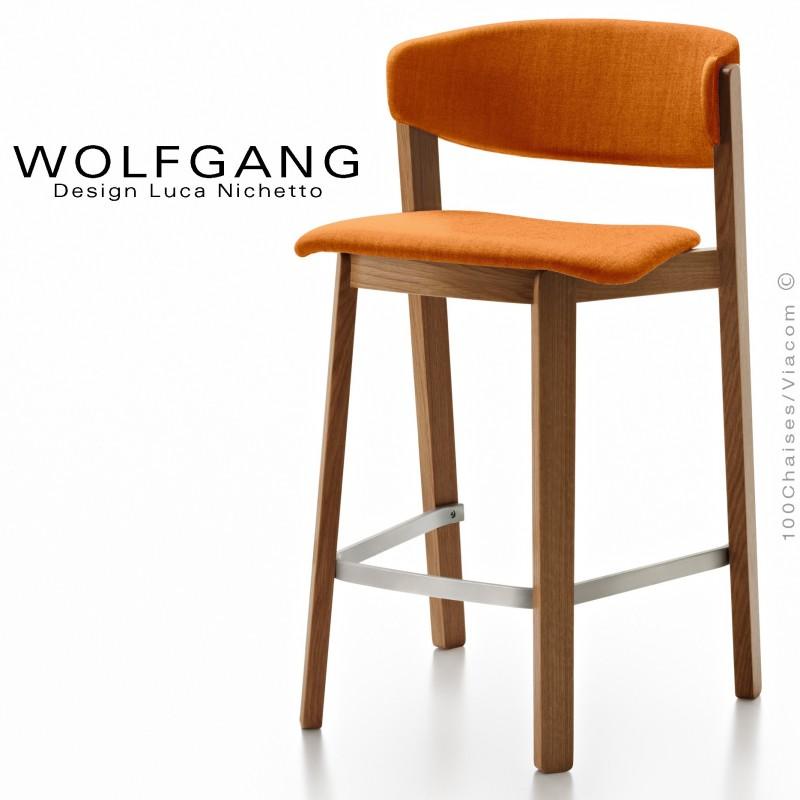 Tabouret en bois design WOLFGANG, piétement vernis noyer moyen, assise et dossier habillage tissu couleur orange.