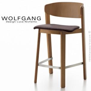 Tabouret design en bois WOLFGANG, pour cuisine et îlot central, vernis noyer, assise habillage tissu couleur chocolat.