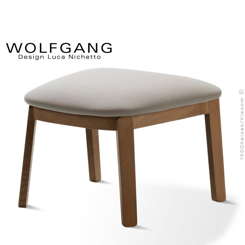 Repose-pieds pour fauteuil lounge assise basse WOLFGANG piètement chêne vernis noyer, habillage tissu couleur sable.