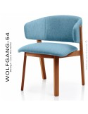 Petit fauteuil lounge WOLFGANG, structure chêne vernis cerisier, assise et dossier garnis, habillage tissu bleu.