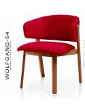 Petit fauteuil lounge WOLFGANG, structure chêne vernis cerisier, assise et dossier garnis, habillage tissu rouge.