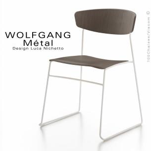 chaise WOLFGANG Métal, structure et piétement peint blanc, assise et dossier chêne vernis tabac