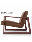 Fauteuil lounge pour salon MARCELO structure chêne, vernis noyer, assise-dossier garnis, habillage cuir marron clair.