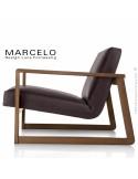 Fauteuil lounge pour salon MARCELO structure chêne, vernis noyer, assise-dossier garnis, habillage cuir marron foncé.