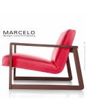 Fauteuil lounge pour salon MARCELO structure chêne, vernis noyer, assise-dossier garnis, habillage cuir rouge.