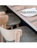 Petit fauteuil lounge WOLFGANG, structure chêne, assise et dossier capitonnés, habillage tissu couleur bleu.