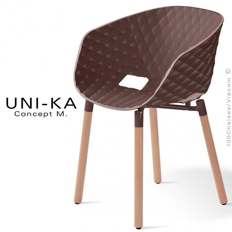 Fauteuil confort UNI-KA, coque effet matelassé couleur moka, piètement bois vernis naturel