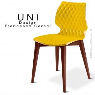 Chaise design UNI assise jaune piétement bois teinté Noyer.
