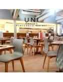 Exemple en situation chaise design UNI, assise couleur, piétement bois.