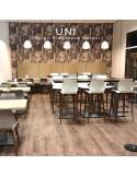 Exemple tabouret de bar UNI en situation, assise coque effet matelassé couleur, piétement bois
