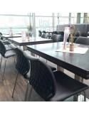 Chaise design UNI en situation, piétement bois ou acier au choix.