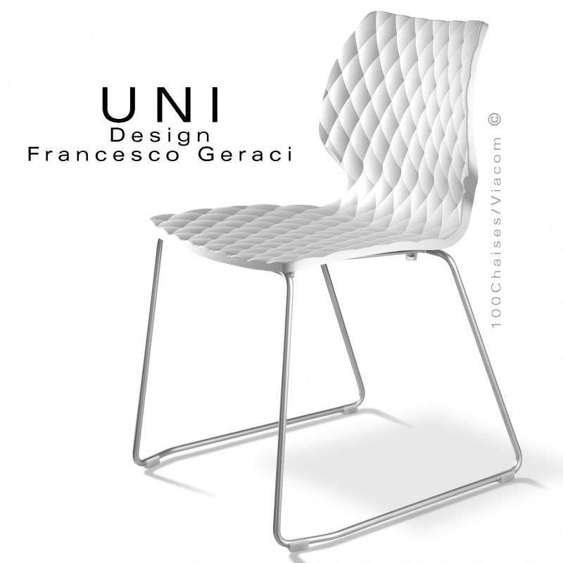 Chaise design UNI, piétement luge chromé assise coque couleur blanche.