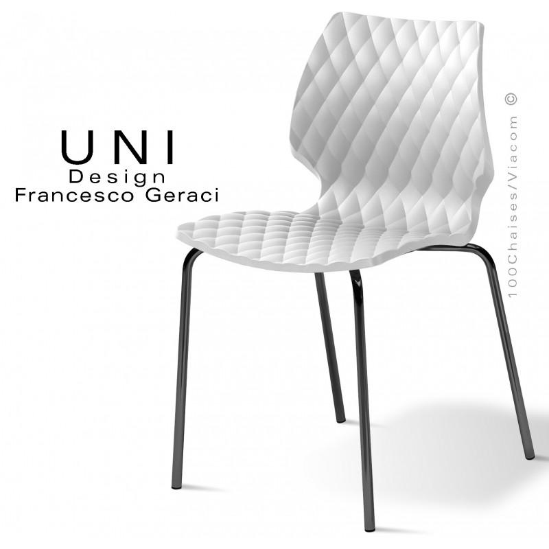 Chaise UNI, piétement 4 pieds peint noir, assise coque plastique effet matelassé couleur blanche.