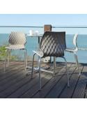 Exemple en situation de la chaise design UNI, coque effet matelassé.