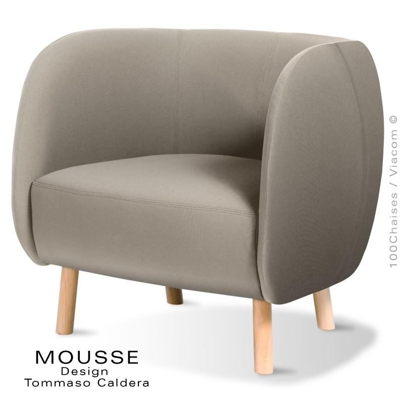 Fauteuil lounge Mousse, piétement bois hêtre naturel, assise et dossier garnie, habillage tissu crème