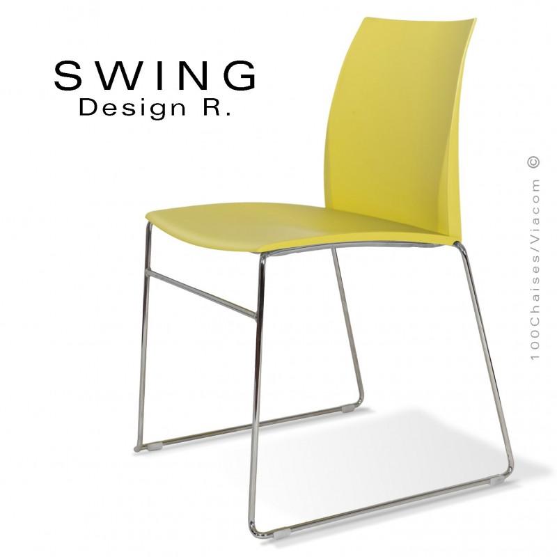 Chaise SWING, piétement type luge, assise coque plastique couleur jaune pâle.