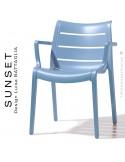Fauteuil SUNSET, structure plastique couleur bleu Azur avec accoudoirs, empilable pour terrasse.