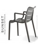 Fauteuil SUNSET, structure plastique couleur gris foncé (anthracite) avec accoudoirs, empilable pour terrasse.