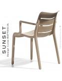 Fauteuil SUNSET, structure plastique couleur gris Tourterelle avec accoudoirs, empilable pour terrasse.