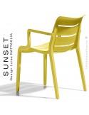 Fauteuil SUNSET, structure plastique couleur jaune avec accoudoirs, empilable pour terrasse.