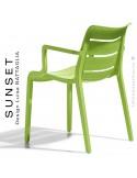 Fauteuil SUNSET, structure plastique couleur vert Pistache avec accoudoirs, empilable pour terrasse.