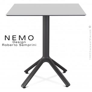 Table NEMO piétement aluminum anthracite, plateau compact 80x80 cm, couleur gris.