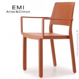Fauteuil design EMI, structure plastique couleur terracotta.