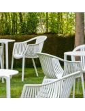 Exemple mobilier CHR en situation fauteuil TATAMI, structure plastique de couleur, assise effet tressé.