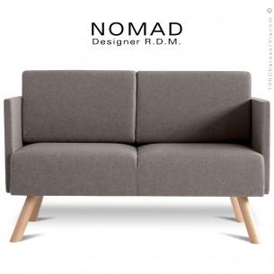 Banquette design NOMAD, piétement bois teinté naturel, assise et dossier garnis habillage tissu couleur gris clair.