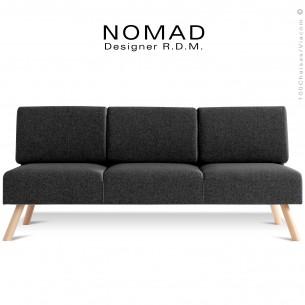 Banquette design NOMAD, 3 places, piétement bois teinté naturel, assise tissu noir.