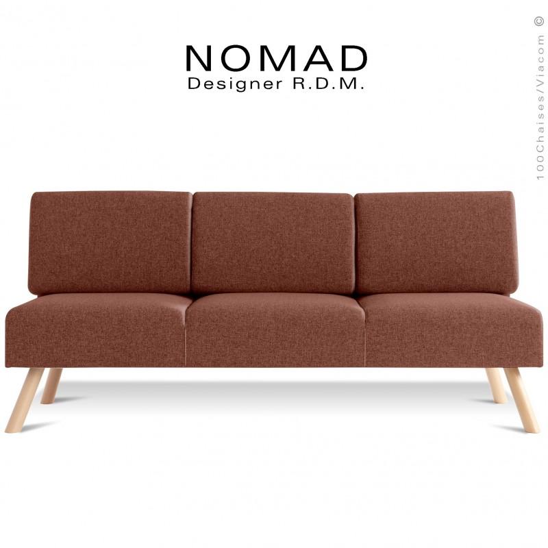 Banquette design NOMAD, 3 places, piétement bois teinté naturel, assise tissu taupe.