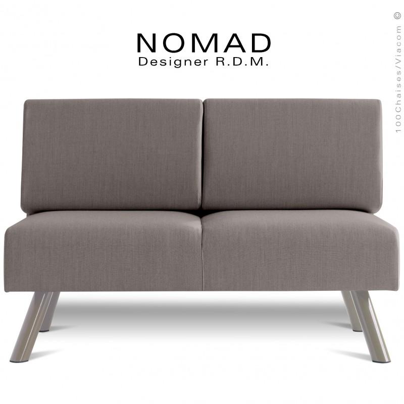 Banquette design NOMAD, piétement acier peint gris Tourterelle, assise et dossier garnis habillage tissu gris clair.