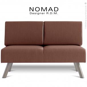 Banquette design NOMAD, piétement acier peint gris Tourterelle, assise et dossier garnis habillage tissu taupe.