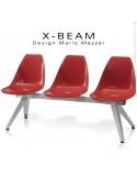 Banc design X-BEAM, structure acier peint gris-argent, assise coque plastique couleur rouge avec incrustation bois.