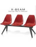 Banc design X-BEAM, structure acier peint anthracite, assise coque plastique couleur rouge avec incrustation bois.