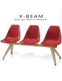 Banc design X-BEAM, structure acier peint sable, assise coque plastique couleur rouge avec incrustation bois.