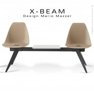 Banc design X-BEAM, avec tablette, structure acier peint anthracite, assise coque plastique sable avec incrustation bois.
