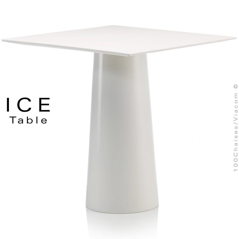 Table design d'extérieur ICE, piétement conique et plateau carré en plastique blanc.