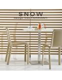 Exemple produit en situation chaise design SNOW, structure plastique couleur teinté dans la masse.