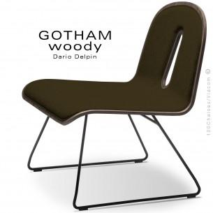 Chaise GOTHAM WOODY lounge, piétement noir, assise et dossier noyer, tissu 404marron.