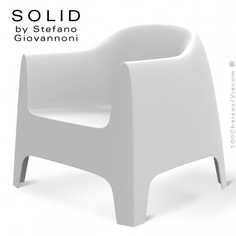 Fauteuil lounge design SOLID, structure 4 pieds avec accoudoirs, assise plastique couleur blanche.