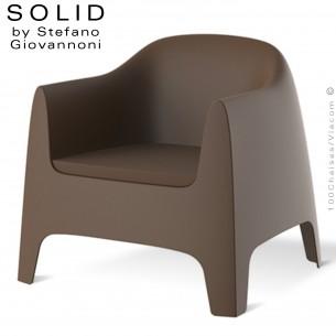 Fauteuil lounge design SOLID, structure 4 pieds avec accoudoirs, assise plastique couleur bronze avec coussin d'assise.