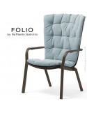 Fauteuil bergère FOLIO, structure et assise plastique marron avec coussin tissu bleu.