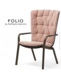 Fauteuil bergère FOLIO, structure et assise plastique marron avec coussin tissu rose.