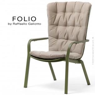 Fauteuil bergère FOLIO, structure et assise plastique vert avec coussin tissu crème.