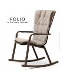 Fauteuil à bascule design FOLIO, structure et assise plastique marron, avec coussin tissu crème.